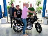 La Asociación de Comerciantes entrega la moto que sorteó, dentro de la campaña de 'Compra en el comercio local ... y llévate esta moto', que han venido realizando en 47 comercios asociados