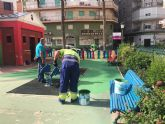 Hernández supervisa los trabajos finales de puesta a punto de los parques infantiles ante su inminente apertura