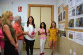 La alcaldesa de Campos del Río inaugura la exposición 'Una escuela para mejorar el medio ambiente'
