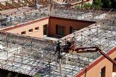 Comienza la instalación de los nuevos tejados en el colegio desamiantado