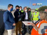 El consejero Díez de Revenga y el alcalde José Miguel Luengo visitan las obras de reasfaltado de la autovía del Mar Menor