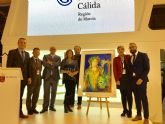Muher firma el cartel del 48 Festival Internacional de Teatro, Música y Danza de San Javier presentado hoy en FITUR
