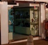 Apagón de escaparates y rótulos en el comercio de Molina