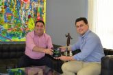 El alcalde recibió a los responsables del Grupo Caliche premiado como Mejor Transportista europeo del Año