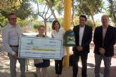 Ecovidrio hace entrega al Colegio de Educación Especial 'Eusebio Martínez', el premio como ganadores del concurso 'Aprende a reciclar vidrio en tu cole'