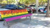 El Ayuntamiento denuncia ante la Policía los actos vandálicos en los bancos decorados con las banderas LGTBI y TRANS