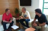 El equipo directivo del IES 'Juan de la Cierva y Codorniú' hace entrega al alcalde de la Memoria del Bachillerato Internacional correspondiente al curso 2016/2017