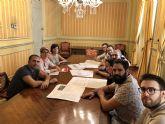 Noelia Arroyo se reúne con investigadores de la UPCT que han elaborado el informe de estado y usos del Cine Central de Cartagena para su futura rehabilitación