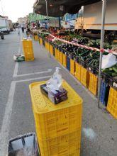 El Ayuntamiento distribuye en los mercados una normativa  para garantizar la seguridad frente al COVID-19