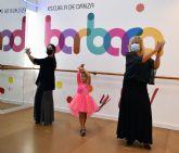 Una escuela de danza  adecúa sus instalaciones al Covid-19 para que una abuela y su nieta den por primera vez una clase de flamenco