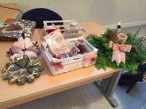 Las mujeres de la asociacion 'Isabel González' aprenden a hacer centros de mesa y decoración de Navidad con flores