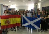 El alcalde recibe a un grupo de estudiantes escocesas que se encuentran de intercambio con alumnos del IES 'Mar Menor'