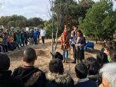 Colegios y asociaciones participan en una plantación de árboles a los que dan su nombre