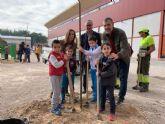 El colegio Puente Doñana se suma al Plan Foresta con la plantación de nuevo arbolado en su patio