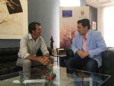 El alcalde recibe al regatista de Santiago de la Ribera, Carlos Martínez flamante campeón de Europa de Máster Láser