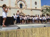 El coro Voces Blancas y alumnos de Aidemar interpretan una canción en lenguaje de signos para romper barreras