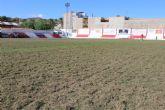 Acometen la resiembra de invierno del césped del estadio municipal 'Juan Cayuela'