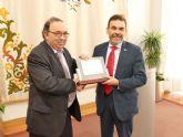El Ayuntamiento de Cartagena recibe una placa conmemorativa como sede fundacional de la Universidad Internacional del Mar