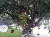 Niños y jóvenes de Puente Tocinos cubren de adornos navideños sostenibles todos los jardines de la pedanía