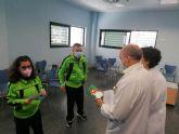 Los usuarios del Centro de Día de Personas con Discapacidad entregan sus tarjetas de Navidad a diferentes organismos del municipio