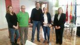 Noelia Arroyo se reúne con los miembros de la directiva de la Cofradía del Amparo de Murcia