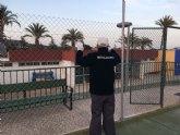 Acometen trabajos de renovación del vallado perimetral en las dos pistas de tenis del Polideportivo Municipal '6 de Diciembre'