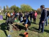 El consejero, Antonio Luengo y el alcalde, José MIguel Luengo asisten a una plantación de árboles en el CEIP Sevecho Ochoa, de San Javier