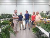 Autoridades municipales visitan las instalaciones de una empresa local dedicada a la fabricación y distribución de productos hortícolas