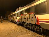 La Policía Local investiga atres jóvenes por realizar grafitis en los vagones del tren de cercanías en la estación de Sutullena
