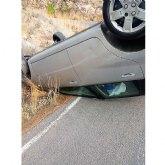 Trasladan al hospital a un joven herido tras volcar su vehículo en la bajada de la Cresta El Gallo