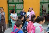 Pascual Lucas abre el curso escolar con la visita a un colegio y reivindica a la Carm las necesidades de los centros educativos de Cieza