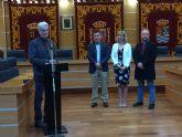 Recepción y entrega de reconocimiento en el Ayuntamiento de Molina de Segura al profesor Ton Stok por su apoyo a las actividades formativas de los CIFEAS