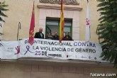 Colocan la pancarta conmemorativa por el Día Internacional contra la Violencia de Género en la fachada del Ayuntamiento