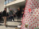 Cientos de botellas forman un gran Árbol de Navidad que preside el Centro de Día de Torre-Pacheco