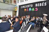 La banda escuela de música interactúa con el público infantil