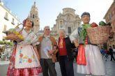 Un huertano y una huertana reciben a murcianos y turistas en la Plaza de Belluga