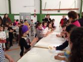 Alumnos del Colegio Rural Agrupado Campo de Molina y miembros del Centro de Mayores de El Fenazar participan en el taller intergeneracional Mayores y Tradiciones
