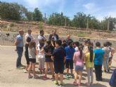 Alumnos del colegio Antonio Díaz de Los Garres plantan árboles en la calle Juan Carlos I de la pedanía
