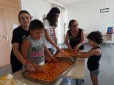 Los niños que asisten a la Escuela de Verano de D´Genes en Totana se convierten en panaderos por un día