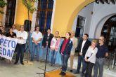 Cientos de personas en la manifestación contra la violencia, organizada por el Ayuntamiento de Alcantarilla, tras la agresión sufrida por una monitora del servicio de comedor del Colegio Ntra. Sra. de la Asunción