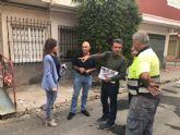 Infraestructuras renueva la acera de una calle de Los Garres para hacerla más accesible