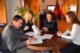 Convenio con c�ritas de Puerto de Mazarr�n para prestar ayuda a personas necesitadas