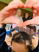 Los alumnos del colegio New Castelar College y usuarios del Centro de Día de Lo Pagán comparten un encuentro intergeneracional