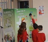 Instalan las primeras máquinas del municipio que pagan por reciclar latas y botellas de plástico