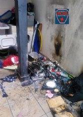 Servicios de emergencia atienden a un menor y proceden a la extinción del incendio en una vivienda