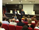 El alcalde reúne a comerciantes y hosteleros de Santiago de la Ribera para tratar los próximos eventos multitudinarios previstos en la localidad