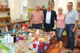 Entregan a Cáritas de ambas parroquias los alimentos recogidos en el transcurso de la campaña de donación solidaria en la biblioteca