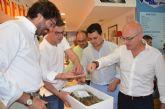 El consejero de Turismo, Juan Hernández y el alcalde, José Miguel  Luengo promocionan los productos del Mar Menor, en Santiago de la Ribera