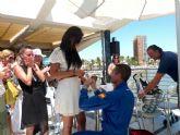 El solo de la Patrulla Åguila pide matrimonio a su novia tras la exhibición aérea hoy en Santiago de la Ribera