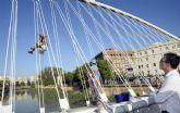 El Ayuntamiento despliega un plan de limpieza integral de los nueve puentes del Río Segura para que luzcan una mejor imagen